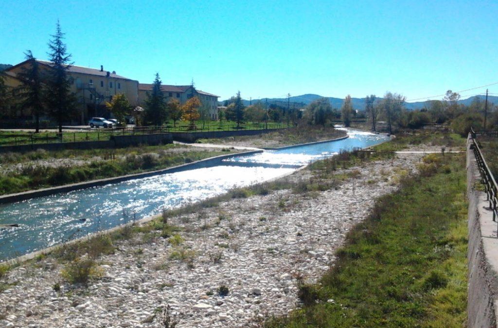 fig. 3 Altra immagine del fiume Sangro con tre ordini di protezioni cementificate
